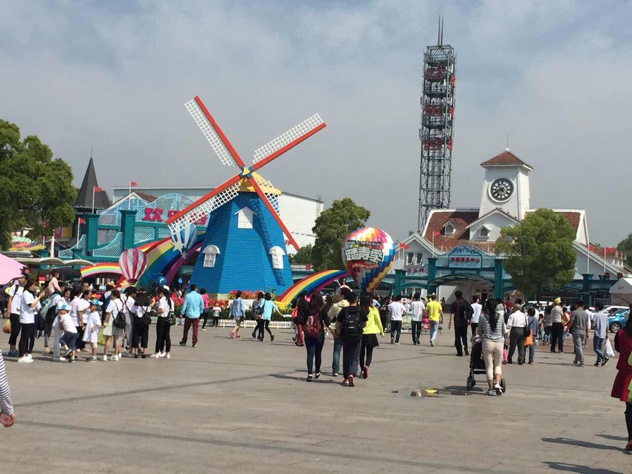 現在上海歡樂谷周末人多不多.圖片