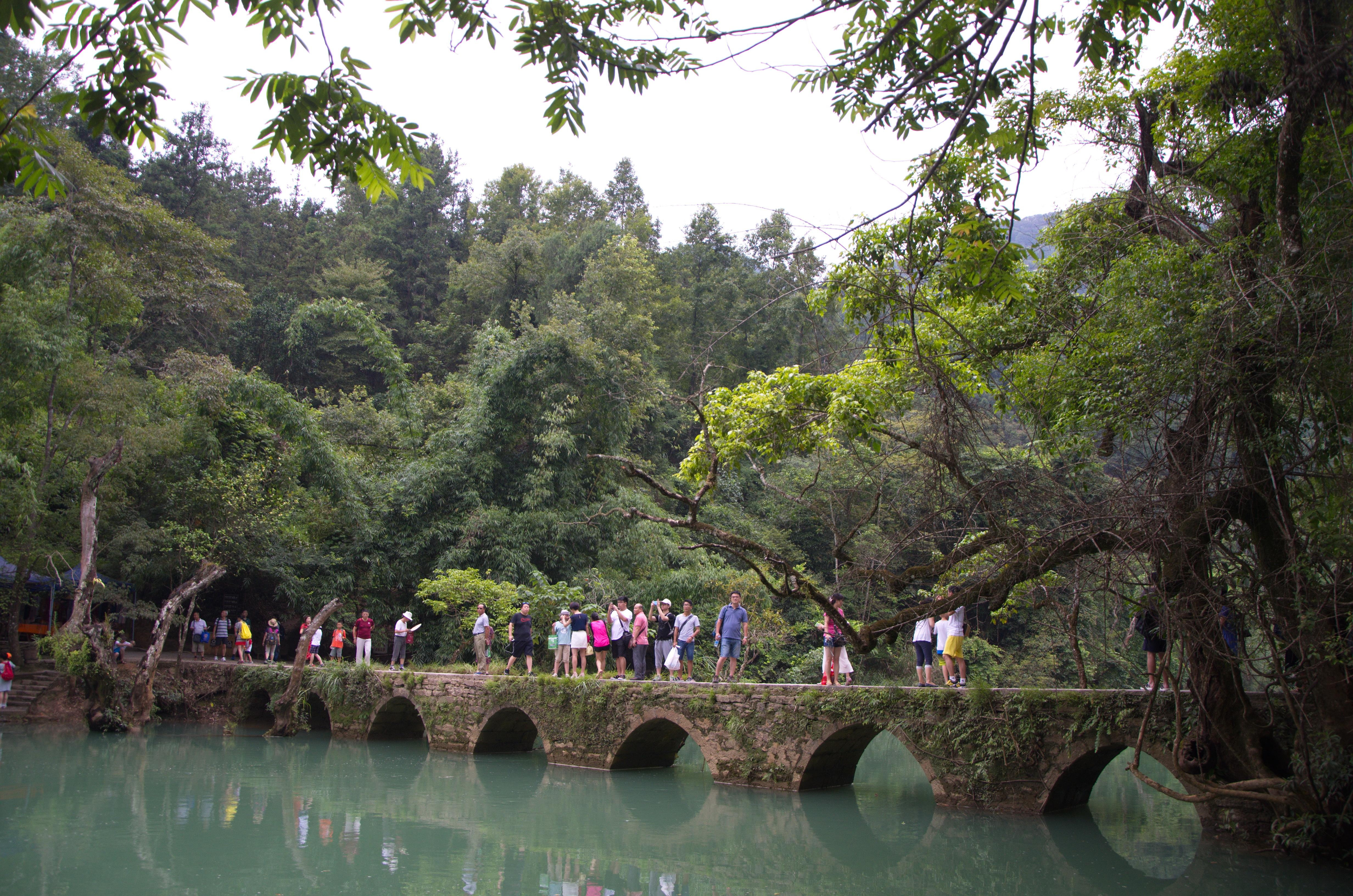 步行从小七孔桥,拉雅瀑布,68级跌水瀑布,响水瀑布,到达石上森林乘车点图片