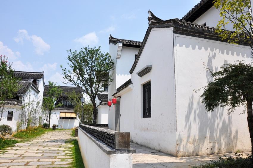 踏入酒店大堂正门,中国风的雕花大门,大气的徽式建筑,江南园林意境图片