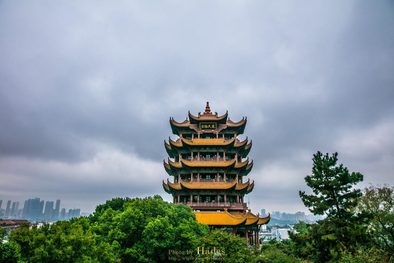 雨中游江城