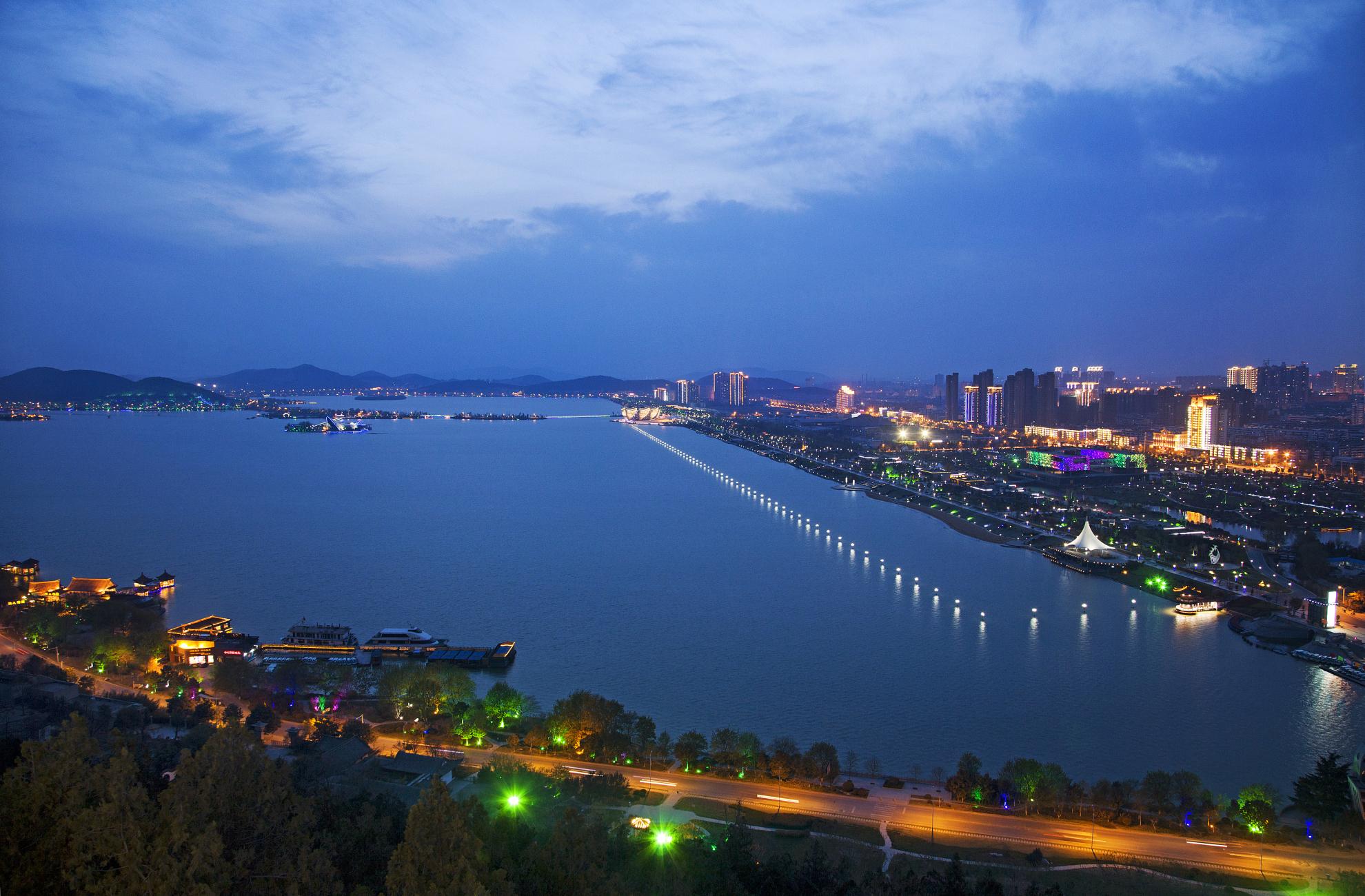"""潘安湖风景区位于徐州市东北部,贾汪区西南部,是以煤矿塌陷地复垦为平台,建成的集""""基本农田改造、采煤塌陷地复垦、生态环境修复、湿地景观开发""""四位一体的重大工程."""
