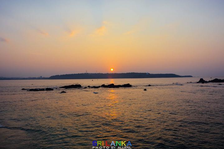 临海�9d_灯塔临海,又位于古城的东南角,所以这个方向是最适合观看日出的.